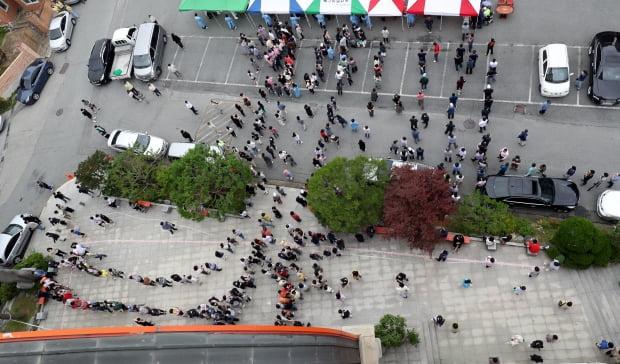 3일 오후 광주 북구 일곡동의 한 교회 앞에 설치된 이동선별진료소에서 해당 교회 신자와 가족들이 코로나19 검사를 받기 위해 줄지어 서있다. 사진=뉴스1