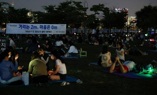 4일 저녁 서울 여의도 한강공원에서 시민들이 시원한 밤공기를 쐬고 있다. /사진=뉴스1