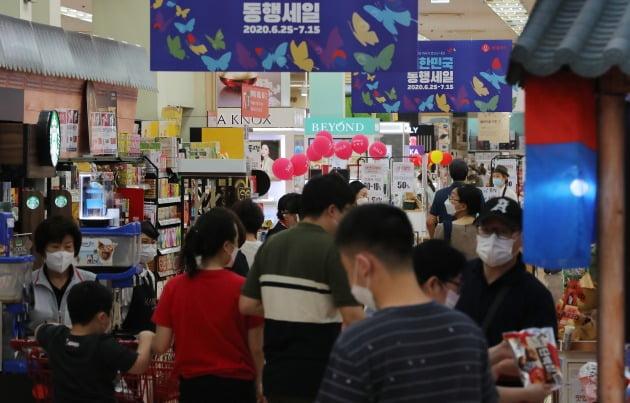 '대한민국 동행세일' 2주 차 주말인 5일 오후 서울 시내 대형마트를 찾은 시민들이 쇼핑하고 있다. 사진=뉴스1