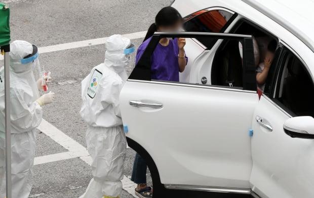 광주 동구청 드라이브 스루 선별진료소에서 차량에 탄 아이가 검사를 받고 있다. 사진=뉴스1
