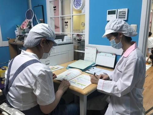 양천구 공무원이 6일 서울 양천구의 한 어린이집에서 여름철 어린이 급식 위생관리 지도·점검을 실시하고 있다. 사진=뉴스1