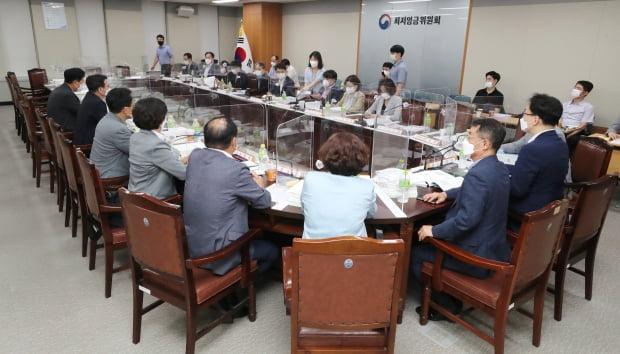 지난 9일 최저임금위원회 사용자위원과 공익위원들이 6차 전원회의를 진행하고 있다. 사진=뉴스1