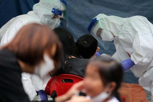 13일 오후 경기도 수원시 영통구 소재 한 유치원에 마련된 선별진료소에서 원아들이 신종 코로나바이러스 감염증(코로나19) 검사를 받고 있다. 사진=뉴스1