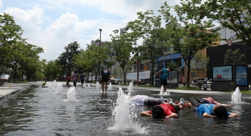 전북 전주시 전주역 앞 첫마중길을 찾은 어린이들이 바닥분수에서 물놀이를 하며 더위를 식히고 있다. 사진=뉴스1