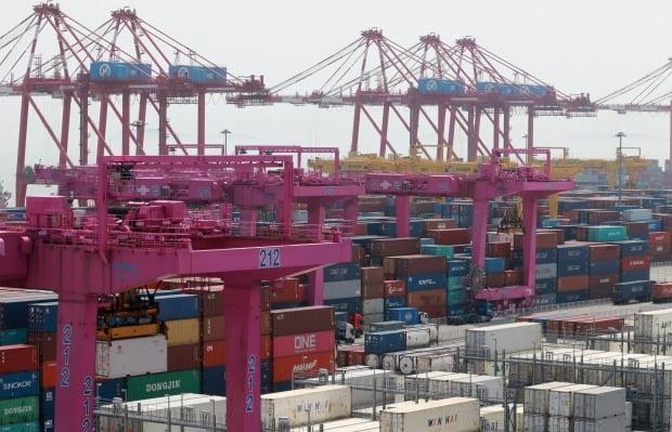 인천 연수구 인천신항에서 컨테이너 선적 작업이 진행되고 있다. 사진=뉴스1