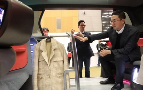 구광모 LG그룹 회장이 지난 2월 서울 양재동 LG전자 디자인경영센터를 방문해 미래형 커넥티드카에 설치된 의류관리기 디자인을 살펴보고 있다.  LG전자 제공