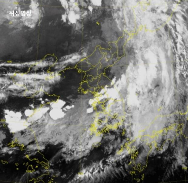 제4호 태풍 '하구핏'이 한반도에 영향을 주면서 오는 5일까지 중부지방에 많은 비가 내릴 전망이다. 사진=기상청 위성영상