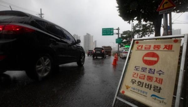 주말부터 계속되고 있는 수도권 집중호우 여파로 한강 수위가 상승한 3일 오전 서울 중랑구 중랑교 일대 동부간선도로 진입로가 통제되고 있다. /사진=뉴스1