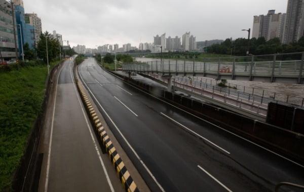 주말부터 계속되고 있는 수도권 집중호우 여파로 한강 수위가 상승한 3일 오전 서울 중랑구 중랑교 일대 동부간선도로가 통제되고 있다. /사진=뉴스1
