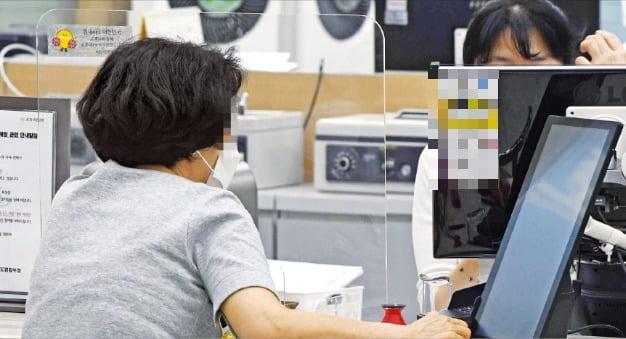 소비자신용법이 제정되면 금융사의 채권추심책임이 크게 늘어난다. 3일 한 시중 은행에서 대출 상담이 이뤄지고 있다. 신경훈 기자 khshin@hankyung.com