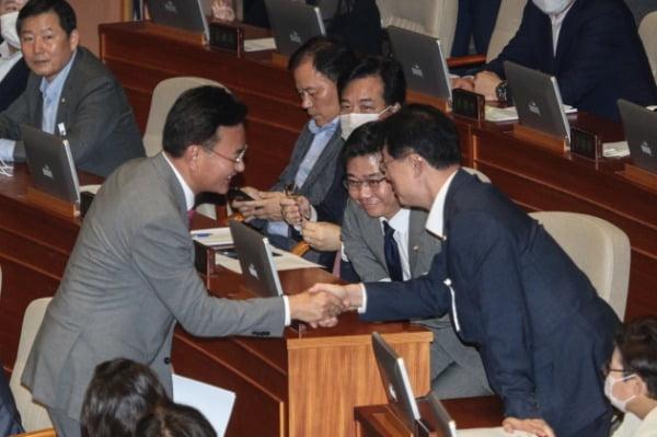 유상범 미래통합당 의원이 4일 오후 서울 여의도 국회에서 열린 제380회국회(임시회) 제8차 본회의에서 공수처법 반대 토론을 마치고 동료의원들과 인사를 하고 있다. /사진=뉴스1
