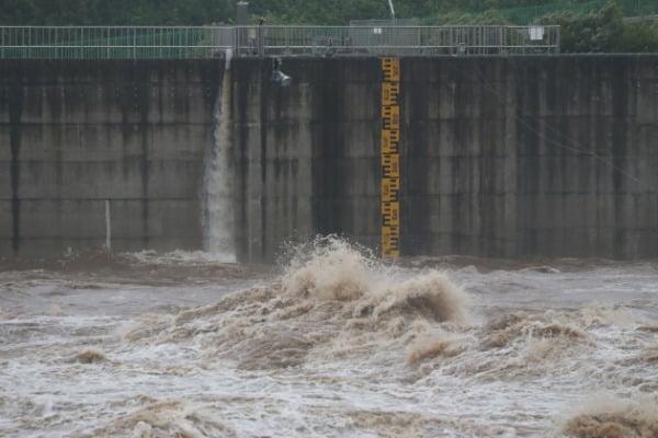 5일 경기도 연천군 군남댐에서 집중호우으로 임진강물이 불어나고 있다. /사진=연합뉴스