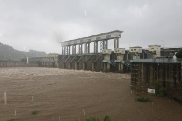 지난 4일 경기도 연천군 군남댐에서 임진강 상류의 물이 흘러나오고 있다. /사진=뉴스1