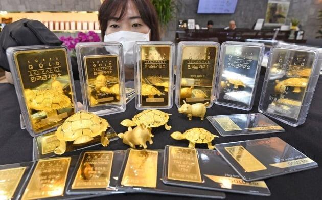 < 몸값 오른 골드바 > 경제 불확실성이 커지면서 안전자산으로 분류되는 금의 가격이 고공행진을 하고 있다. 국제 금값은 4일(현지시간) 뉴욕상품거래소에서 사상 처음으로 온스당 2000달러를 넘어섰다. 서울 종로 한국금거래소 본점에서 한 직원이 골드바를 정리하고 있다.  /신경훈  기자  khshin@hankyung.com