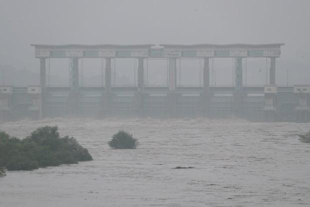 임진강 최북단 필승교 수위가 급상승한 지난 5일 경기도 연천군 군남댐에서 물을 쏟아내고 있다. /사진=연합뉴스
