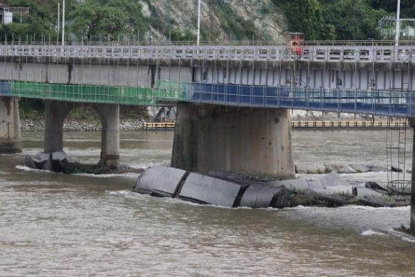 6일 강원 춘천시 의암댐에서 경찰선과 행정선, 고무보트 등 3척이 전복되는 사고가 발행한 가운데 떠내려온 수초섬이 의암댐 인근 신연교에 걸려 있다. /사진=뉴스1
