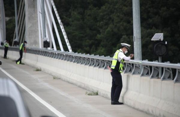 6일 경기 가평군 설악면 가평대교에서 경찰들이 의암댐 사고로 실종자를 찾기 위해 강물을 바라보고 있다. /사진=연합뉴스