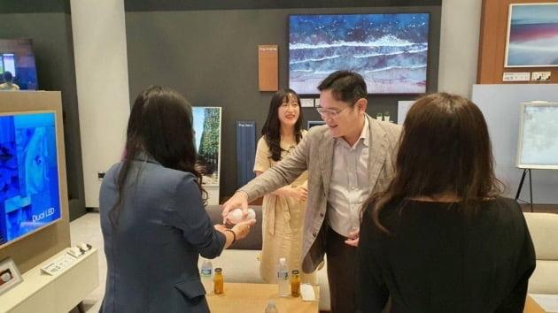 이재용 삼성전자 부회장이 6일 수원사업장에서 열린 여성 임직원들과의 간담회에 앞서 참석자들에게 손 소독제를 짜주고 있다. 삼성전자 제공.