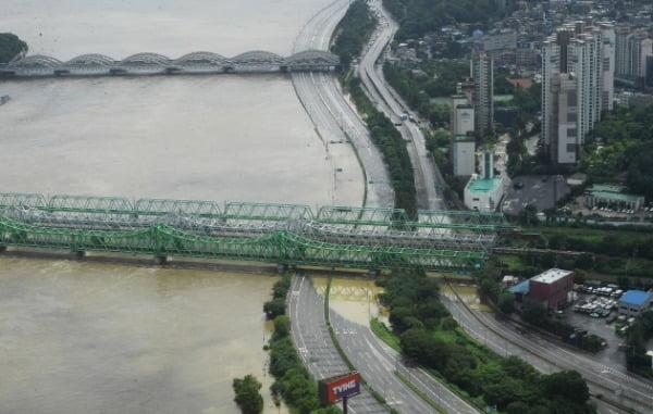 한강에 홍수주의보가 발령된 6일 서울 63빌딩에서 내려다 본 한강철교 밑 올림픽대로가 물에 잠겨 있다. /사진=강은구 기자 egkang@hankyung.com