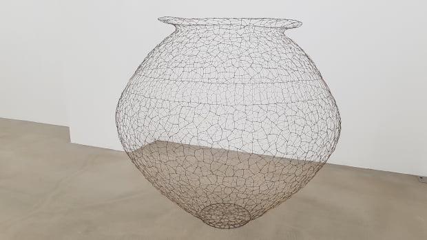 가느다란 구리선을 연결해 달항아리 모양을 빚어낸 정광호의 'The Pot'.