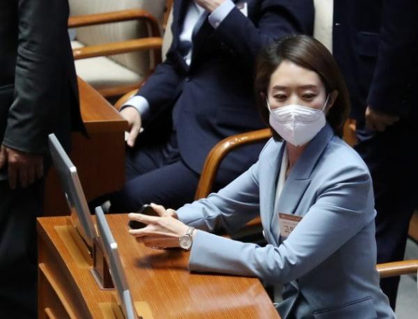 고민정 더불어민주당 의원이 지난 5월20일 서울 여의도 국회 본회의장을 방문해 살펴보고 있다. /사진=뉴스1