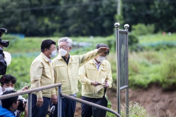 이재명 경기도지사가 지난 6일 경기도 이천시 율면 산양리 집중호우 피해 현장을 살펴보고 있다. /사진=연합뉴스