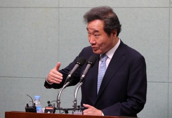 이낙연 더불어민주당 당대표 후보가 지난 6일 전북 전주시 전북도의회 브리핑룸에서 실시한 당대표 출마 관련 기자회견에서 기자들의 질의에 답변을 하고 있다. /사진=뉴스1