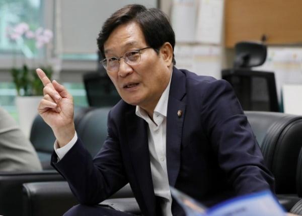 신동근 더불어민주당 의원이 7일 전북 전주시 전북도의회 기자실에서 실시한 간담회에서 기자들의 질의에 답변을 하고 있다. /사진=뉴스1