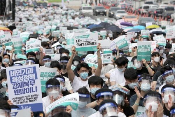 전공의들이 지난 7일 서울 영등포구 여의대로에서 의대 정원 확대 방안에 반대하며 집회를 벌였다. / 사진=뉴스1