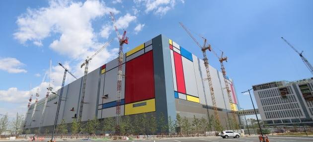 삼성전자 평택 반도체 1공장(P1) 외벽 디자인. 한경DB