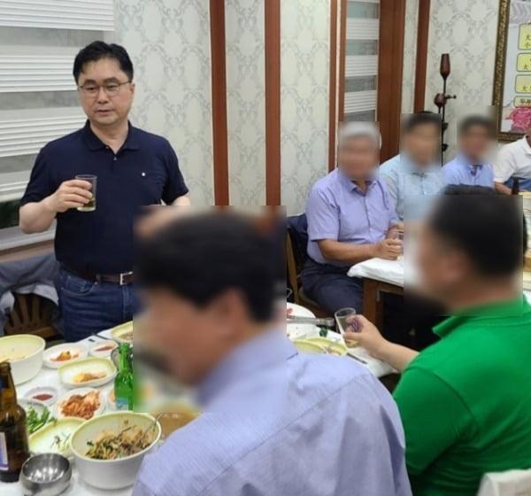 김종민 의원이 지난 6일 오후 광주 상무지구 소재의 한 식당에서 술자리를 가졌다. 당일 호남 지역엔 호우주의보와 강풍주의보 등이 발효됐다. /사진=SNS 화면 갈무리