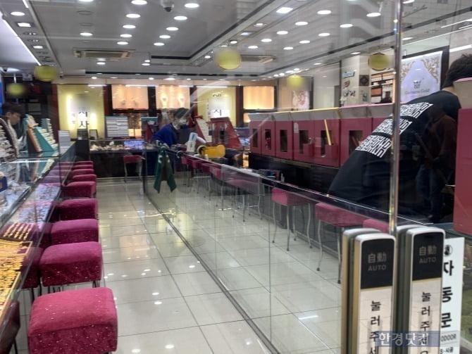 지난 7일 방문한 서울 종로3가 귀금속 매장. 손님이 없어 휴대폰을 들여다 보고 있는 직원들의 모습을 볼 수 있다. 사진 = 한경닷컴 신현아 인턴기자