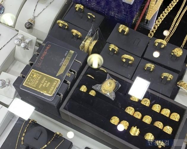 서울 종로3가역 인근 한 금은방에 진열돼 있는 귀금속과 골드바 모습. 사진 = 한경닷컴 신현아 인턴기자
