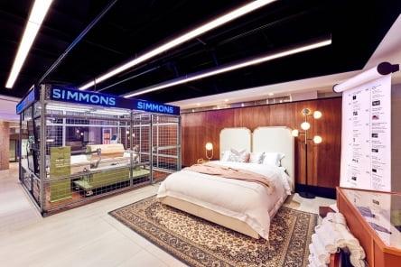 시몬스 침대가 롯데백화점 본점에 150년 브랜드 역사 집약한 '뷰티레스트 1870' 팝업스토어를 열었다.     시몬스 제공