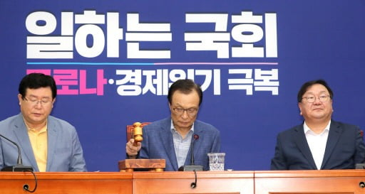 이해찬 더불어민주당 대표가 10일 오전 서울 여의도 국회에서 열린 최고위원회의에서 모두발언을 하고 있다.