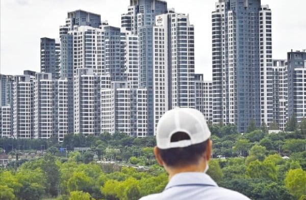 정부가 부동산시장 감독기구 설립까지 검토하고 나섰다. 11일 한 시민이 서울 동작대교에서 강남 한강변 아파트 단지를 바라보고 있다. 김범준 기자 bjk07@hankyung.com