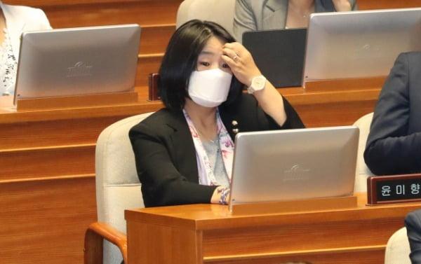 윤미향 더불어민주당 의원이 지난 6월29일 국회 본회의에 참석해 있다. /사진=연합뉴스