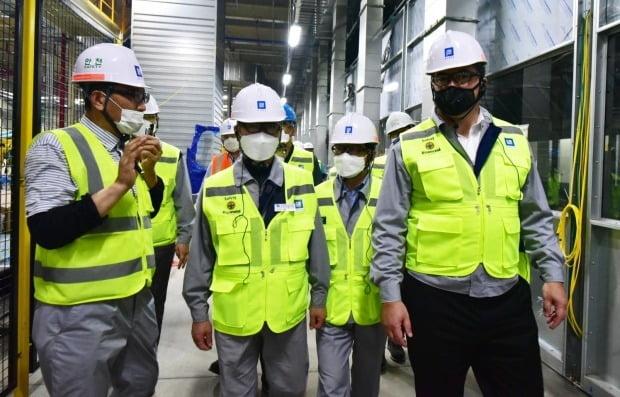 한국GM 노사 관계자들이 창원사업장 내 신축 중인 도장공장을 점검하고 있다. 사진=한국GM