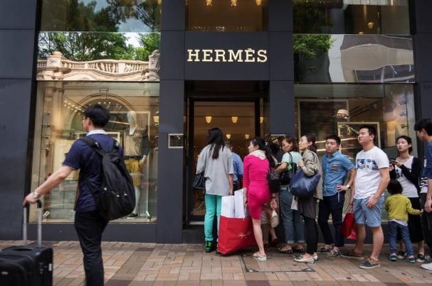 광저우 에르메스 매장 앞에 줄을 선 중국인들. AP연합뉴스