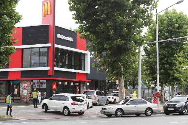 맥도날드 맥드라이브(드라이브 스루)를 이용하기 위해 차량들이 매장으로 들어가고 있다. 사진=맥도날드코리아 제공