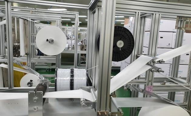 25일 경기 시흥의 한 마스크 공장에서 기계들이 마스크를 제조하고 있다.