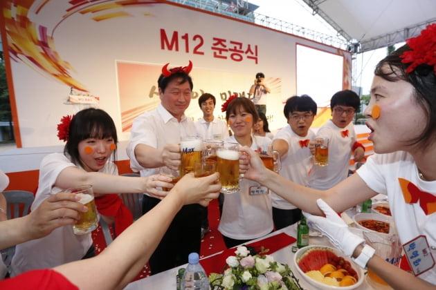 2012년 6월 청주 M12 라인 준공식에 참석한 최태원 SK그룹 회장(왼쪽 두번째)과 SK하이닉스 직원들. 한경DB
