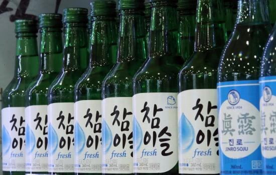여름이 무르익으면서 '소맥'(소주·맥주)을 즐기는 소비자들이 늘고 있지만 편의점 점주들의 시름이 깊어지고 있다. 사진=연합뉴스.