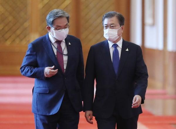 노영민 대통령 비서실장과 문재인 대통령. 연합뉴스
