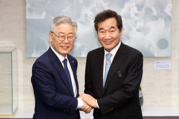 여권의 유력 대권주자로 꼽히는 이낙연 지사(오른쪽)와 이재명 지사. / 사진=연합뉴스