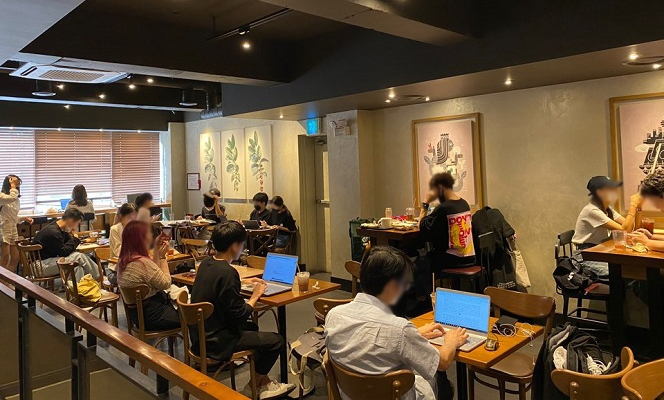 '코로나19 집단감염 진원지' 신촌 대학가 앞 커피숍 안에선 몇 명이나 마스크 쓰고 있을까?