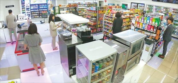 세븐일레븐은 지난 7월 서울 수표동에 보안성을 크게 강화한 무인편의점 '시그니처 DDR(Dual Data Revolution)'점을 열었다.  롯데 제공