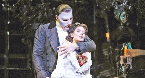 서울 한남동 블루스퀘어에서 공연 중인 뮤지컬 '오페라의 유령'. 이 작품이 탄생한 영국 런던 브로드웨이에선 내년까지 공연이 전면 취소됐다. 에스앤코 제공