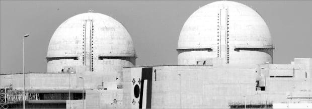 한국전력이 첫 수출한 원자력발전소인 아랍에미리트(UAE) 바라카 원전 1호기가 지난 1일 본격 가동에 나섰다. 바라카 원전에 한국과 UAE 국기가 나란히 걸려 있다.  한경DB