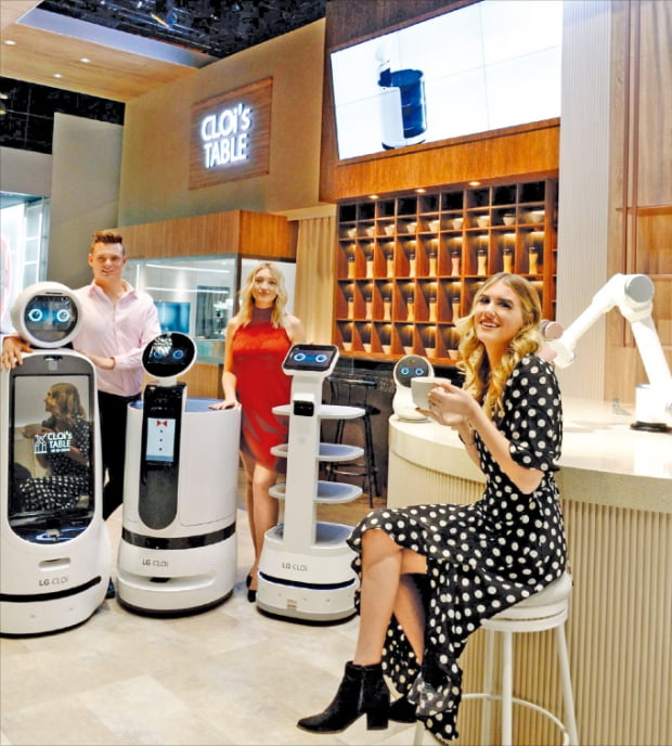 LG 12개 계열사들은 임직원 생산성을 높이기 위해 '업무지원로봇'을 도입했다. 사진은 LG가 지난 1월 'CES 2020'에서 공개한 식당운영 로봇 '클로이'.  LG 제공